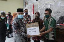 Bupati OKU Menyerahkan Bantuan APD ke UPTD Puskesmas dan Camat Se-Kabupaten OKU